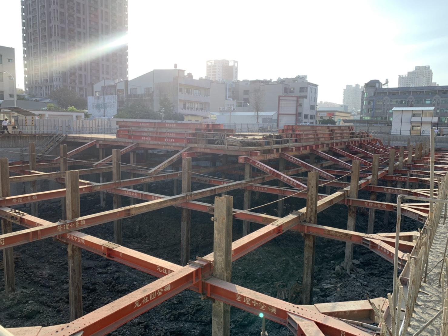 地下工程支撐、擋土、壁面完成,朝向地下二動工