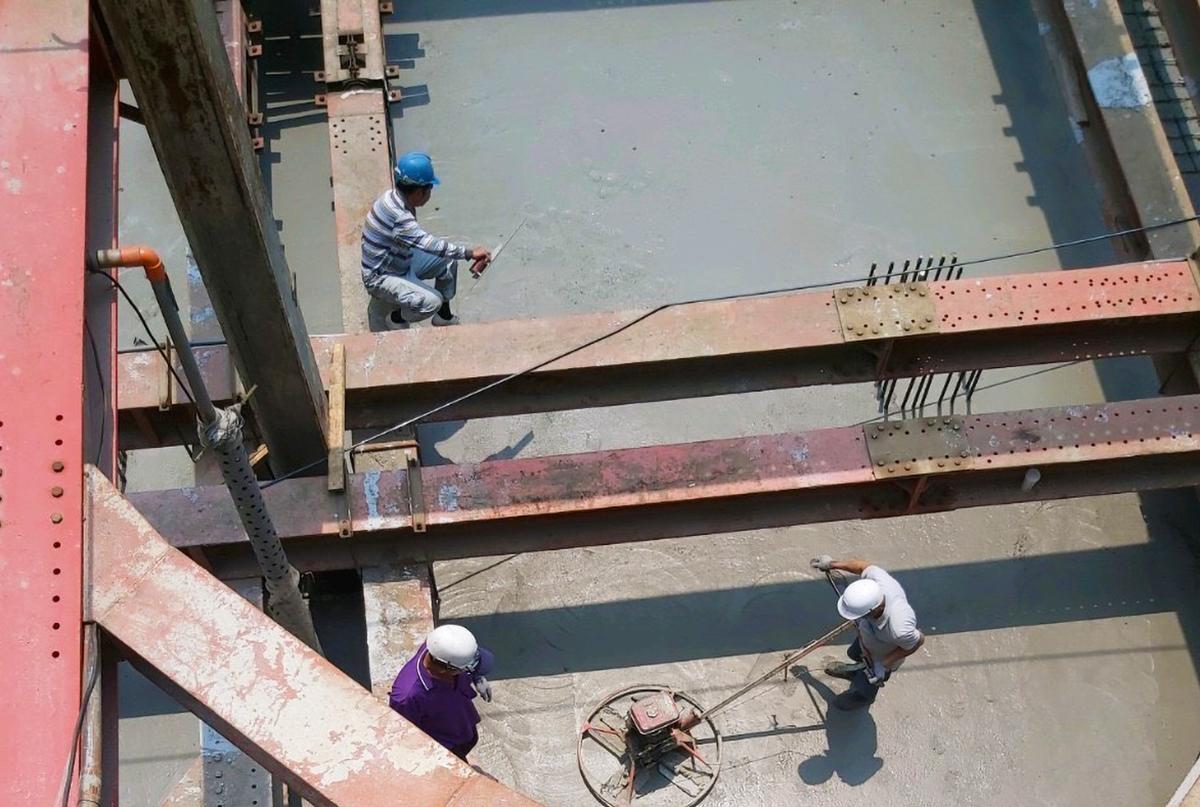 B2樓板混凝土澆置壓實工程